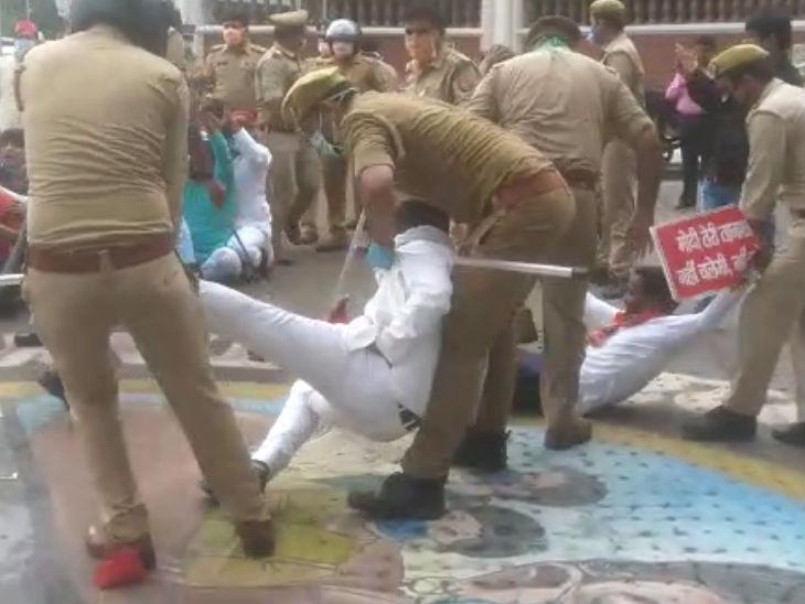 राजभवन के सामने प्रदर्शनकारियों को हटाती पुलिस।