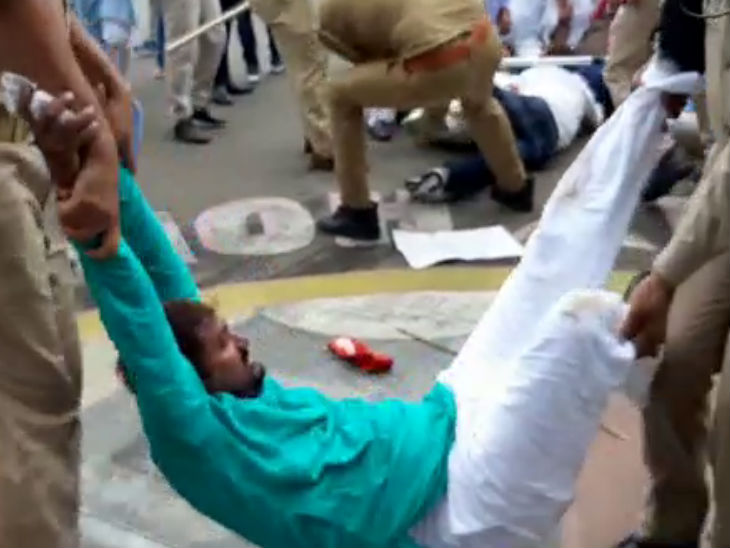 प्रदर्शनकारियों को टांगकर पुलिस वैन तक ले जाया गया।