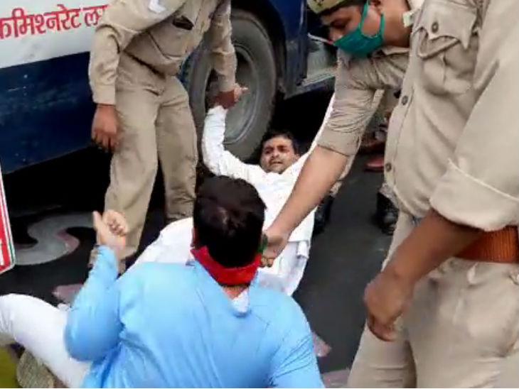 पुलिस ने प्रदर्शनकारियों पर बल भी प्रयोग किया।