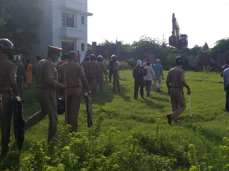 लखनऊ में अवैध कब्जे की बिल्डिंग को ढहाया गया; सामान को बाहर फेंका गया; कुछ लोगों ने विरोध किया तो पुलिस ने खदेड़ दिया|उत्तरप्रदेश,Uttar Pradesh - Dainik Bhaskar