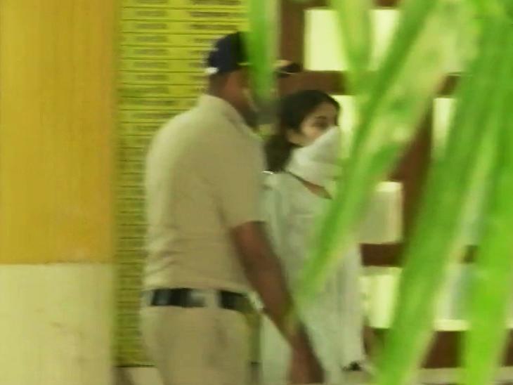 रिया चक्रवर्ती डीआरडीओ गेस्ट हाउस से निकलकर सीधे सांताक्रूज पुलिस स्टेशन पहुंचीं। करीब आधा घंटा रुकीं।