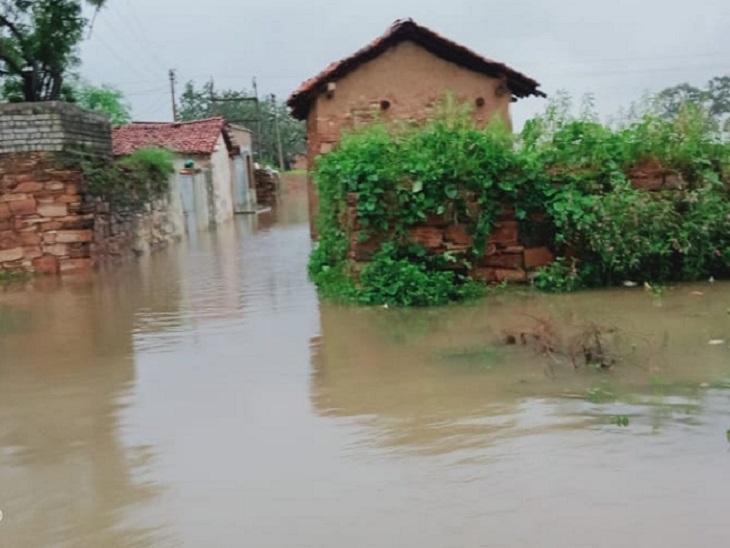 ये तस्वीर बिलासपुर में बिल्हा के बंधवापारा सेमरा की है। तालाब ओवर फ्लो होने के कारण पानी गांव के अंदर भर गया है। इसके कारण लोग अपने घरों में कैद होकर रह गए हैं।