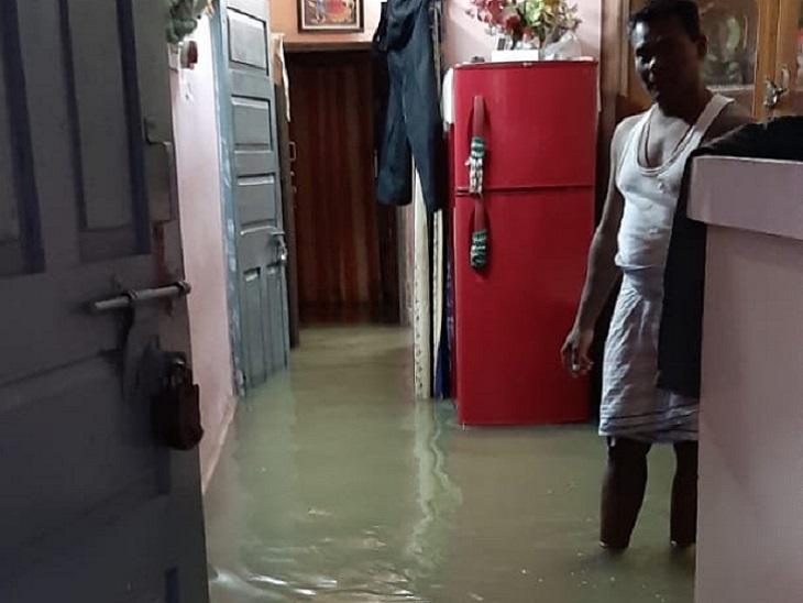 ये तस्वीर बिलासपुर शहर की है। बारिश के चलते सड़कें टूट चुकी हैं और कई जगह धंस गईं हैं। वहीं निचली बस्तियों में लोगों के घरों में पानी भर गया है। ज्यादातर घरों की ऐसे ही हालत है।