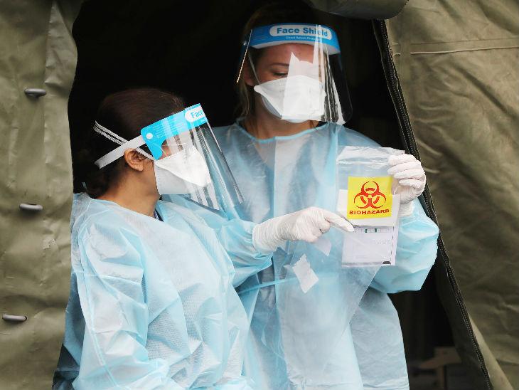 ब्रिटेन के ब्रिस्टल स्थित एक टेस्टिंग कैंप में स्वैब सैंपल ले जाते मेडिकल स्टाफ। देश में 3 लाख से ज्यादा संक्रमित मिले हैं।
