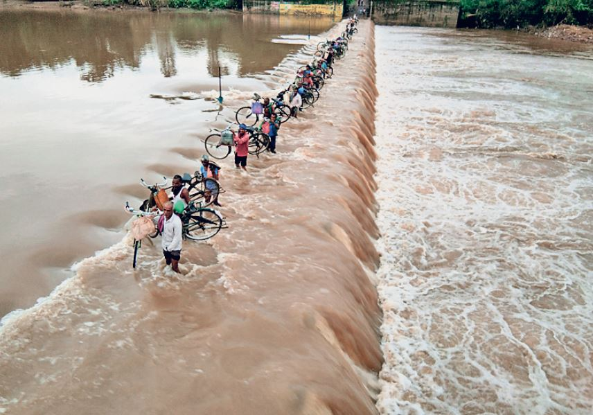 तस्वीर छत्तीसगढ़ के बिलासपुर की। नदी उफान पर है। ग्रामीण जान जोखिम में डालकर इसे पार करते हैं। - Dainik Bhaskar