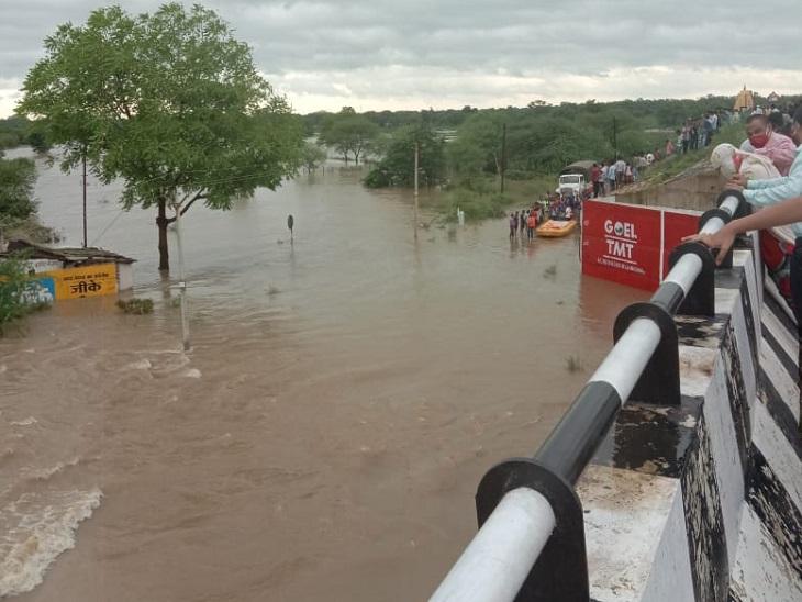 बलौदाबाजार में भी स्थिति काफी बिगड़ चुकी है। हाईवे से लगते हुए गांवों में बारिश का पानी भर गया है। यहां मगरछेपा गांव बारिश के पानी में डूब गया है और पांच लोग फंसे हुए हैं। उन्हें बचाने की जद्दोजहद चल रही है।