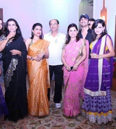 बहन मीतू, प्रियंका, रानी, श्वेता और पिता केके सिंह के साथ सुशांत।