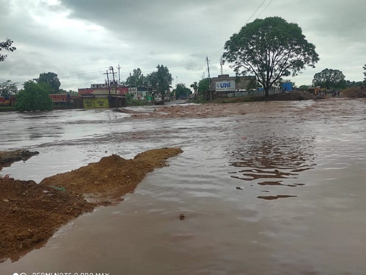 Kawardha Sakri river is in spate.  Due to this, Raipur-Jabalpur road has been closed due to water filling on the highway.  This route connects Raipur with Madhya Pradesh.