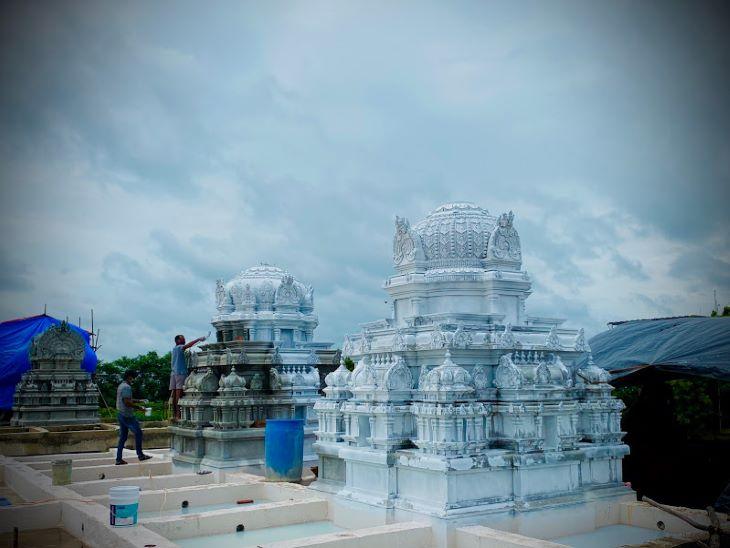 मंदिर के कई हिस्सों में काम खत्म होने की स्थिति में है। इस मंदिर के निर्माण के लिए पत्थर राजस्थान से मंगाए गए हैं और कई कलाकार भी राजस्थान के ही हैं।