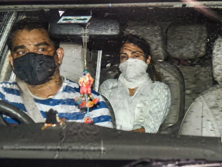 मीडिया रिपोर्ट्स के मुताबिक, रिया चक्रवर्ती से 20 घंटे की पूछताछ कैमरे में रिकॉर्ड की गई। बताया जा रहा है कि शनिवार को फिर पूछताछ के लिए बुलाया जा सकता है। - Dainik Bhaskar