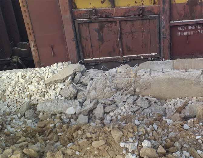 जैसलमेर के सोनू रेलवे स्टेशन पर प्लेटफार्म पर फंसी मालगाड़ी।