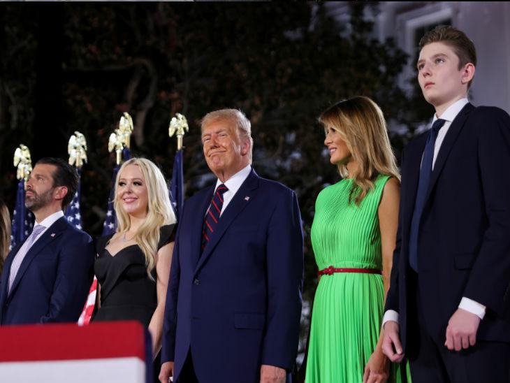 ट्रम्प के साथ फर्स्ट लेडी मेलानिया ट्रम्प, उनकी बेटी इवांका और दामाद और उनके बेटे जूनियर ट्रम्प भी मौजूद रहे।