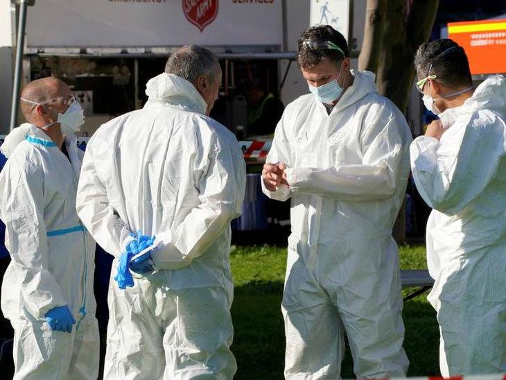 ऑस्ट्रेलिया के विक्टोरिया में बुधवार काे एक अस्पताल के बाहर खड़े स्वास्थ्यकर्मी।