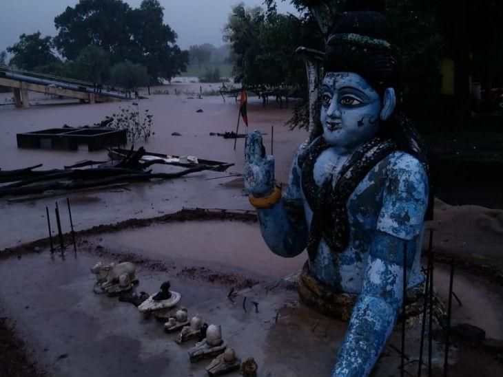 होशंगाबाद में बाढ़ से हालात बिगड़े।