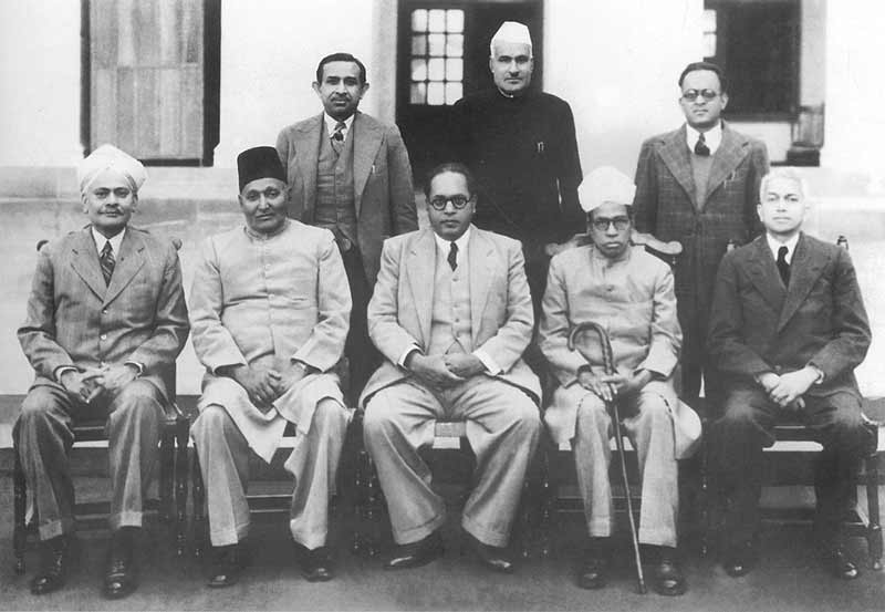 भारत का संविधान लिखने वाली प्रारूप समिति के सदस्य। समिति के अध्यक्ष डॉ. भीमराव अंबेडकर बैठे हुए लोगों में बाएं से तीसरे हैं।