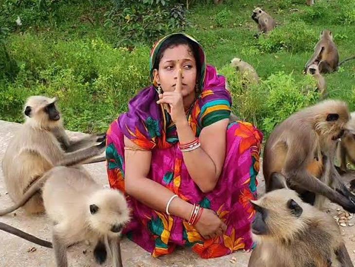 बद्री अपनी पत्नी मोनालिसा को कैमरे के सामने रखते हैं और खुद मोबाइल से शूट करते हैं।