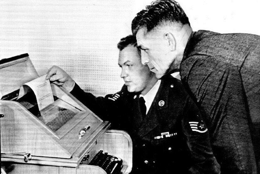 1960 के दशक में पेंटागन से अमेरिकी सैनिक हॉटलाइन पर मैसेज मॉस्को भेजते हुए।