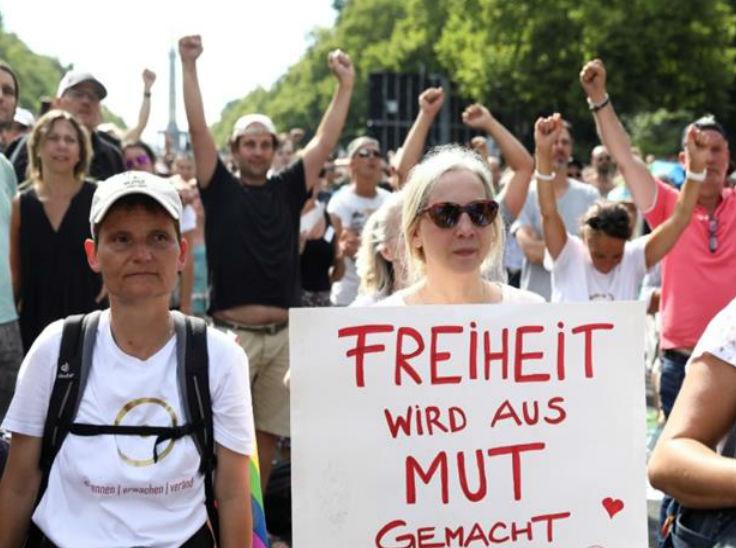 महामारी से संबंधित प्रतिबंधों को हटाने की मांग को लेकर शनिवार को लोगों ने बर्लिन, जर्मनी में संसद में प्रदर्शन किया।