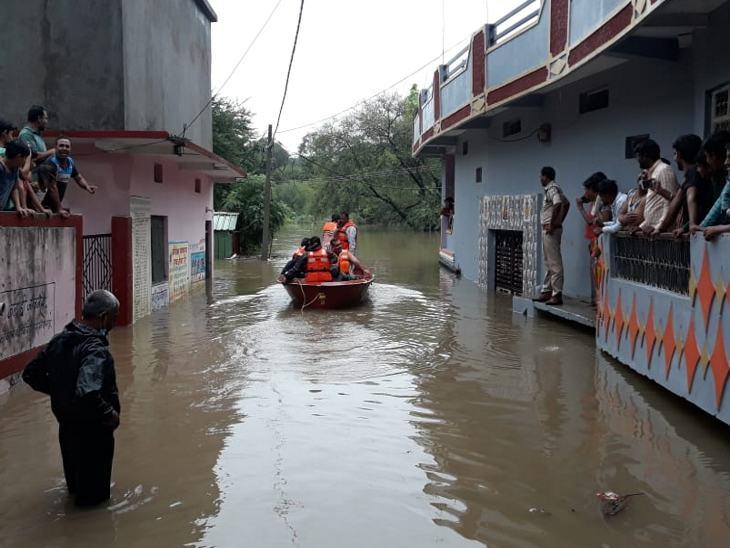 शाजापुर में सड़क पर नाव चलाकर निचली बस्ती में चला रेस्क्यू ऑपरेशन। - Dainik Bhaskar