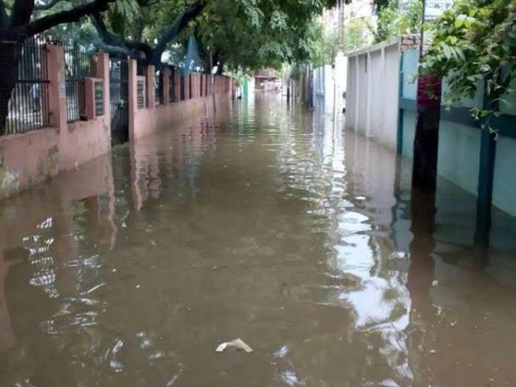 चूंकि इस समय बिहार, मध्यप्रदेश, असम और छत्तीसगढ़ जैसे राज्य सच में बाढ़ का सामना कर रहे हैं। इसलिए एग्जाम सेंटरों में जलभराव के दावे को यूजर सच मानकर शेयर कर रहे हैं।