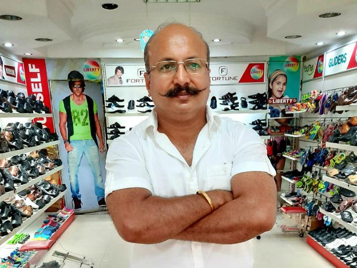 अशोक का दिल्ली के कालका जी मार्केट में फुटवेयर का शोरूम है। फैमिली में पत्नी है, बेटी मास्टर्स कर रही है, बेटे ने 12वीं की है।