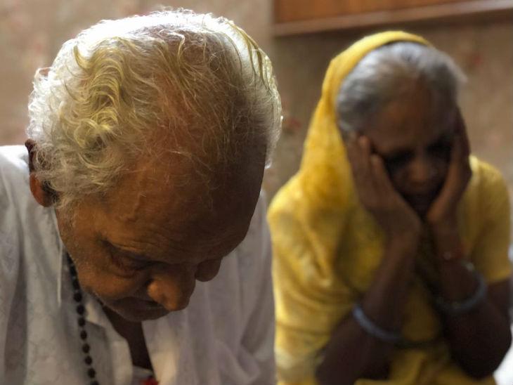 दिल्ली के चांदनी चौक इलाके में जिन दो सगे भाइयों ने एक साथ आत्महत्या की, उनके माता-पिता।
