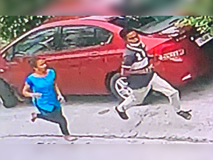 Kusum ran after the crook after snatching the mobile.