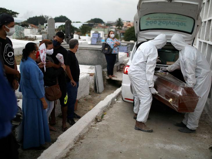 ब्राजील के नोवा गुएसु शहर में कोरोना से मौत के बाद शव को कब्रिस्तान में दफनाने ले जाते हेल्थ वर्कर्स। देश में 38 लाख से ज्यादा संक्रमित हैं।