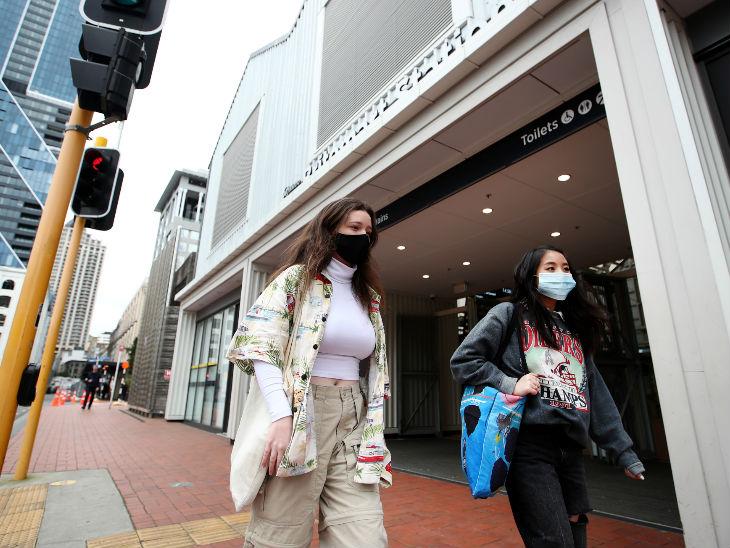 ऑकलैंड के एक रेलवे स्टेशन से मास्क पहनकर निकलते लोग। न्यूजीलैंड में सोमवार से पब्लिक ट्राांसपोर्ट में मास्क पहनना अनिवार्य कर दिया गया है।