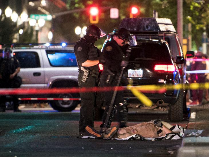 पोर्टलैंड में गोलीबारी के बाद घटनास्थल को सीज करती पुलिस। यहां राइट विंग के एक सदस्य को गोली मारी गई थी।