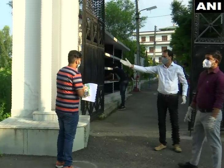 जम्मू-कश्मीर में परीक्षा देने पहुंचे छात्र