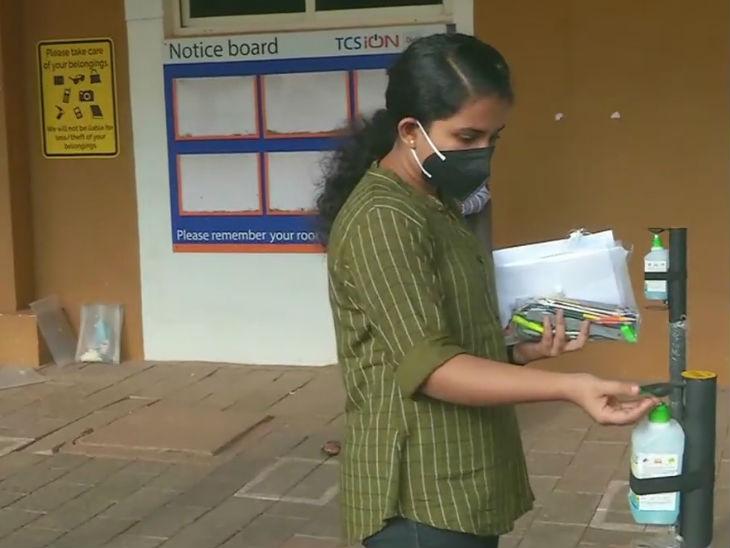 केरल में परीक्षा से पहले हाथ सैनिटाइज करती छात्रा