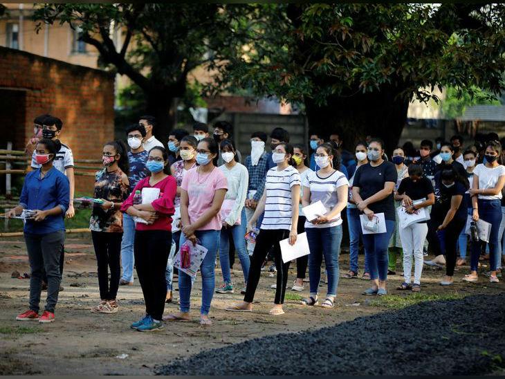 गुजरात के एक परीक्षा केंद्र में बाहर कुछ इस कतार में खड़े दिखाई दिए स्टूडेंट्स
