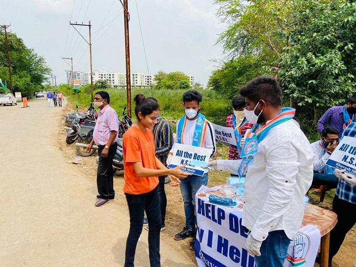 फोटो रायपुर के परीक्षा केंद्र के बाहर की है। एनएसयूआई के लोगों ने इस तरह से स्टूडेंट्स को सैनिटाइज किया।