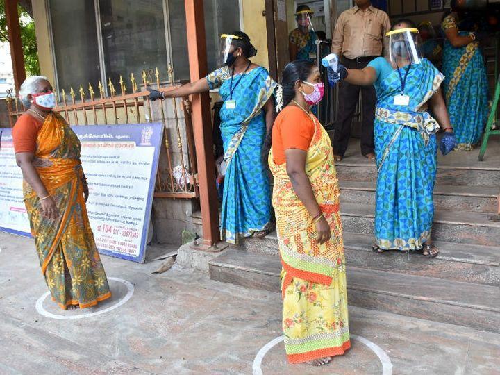तमिलनाडु के मीनाक्षी अम्मन मंदिर में आने वाले भक्तों की थर्मल स्क्रीनिंग की जा रही है। सोशल डिस्टेंसिंग के लिए गोले बनाए गए हैं।