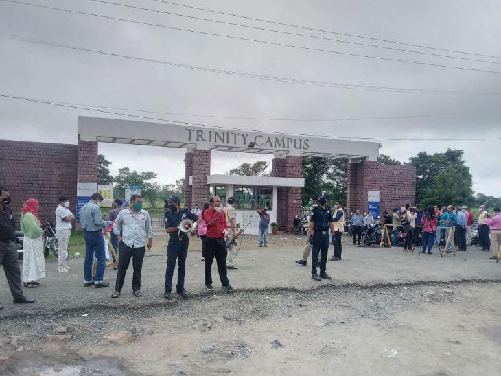 भोपाल के अयोध्या बायपास स्थित इस केंद्र के बाहर खड़े माता-पिता।  उन्हें अंदर जाने की अनुमति नहीं थी।  बाहर कोई दिखाई देने वाली व्यवस्था नहीं थी।