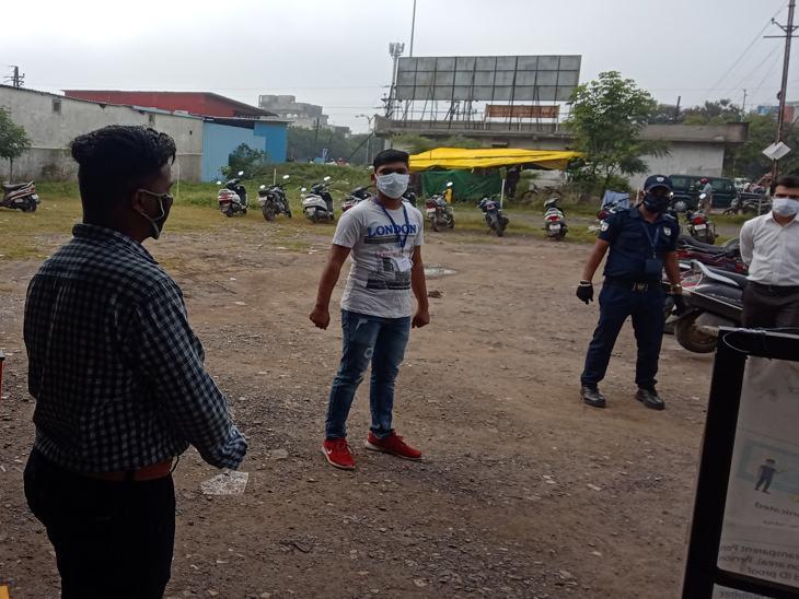 कर्मचारी परिसर के बाहर छात्रों को निर्देश देते रहे।