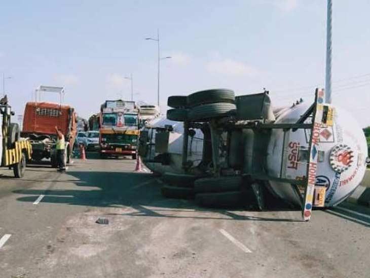 पानीपत ओवर ब्रिज पर पलटा हुआ एलपीजी गैस से भरा टैंकर। - Dainik Bhaskar