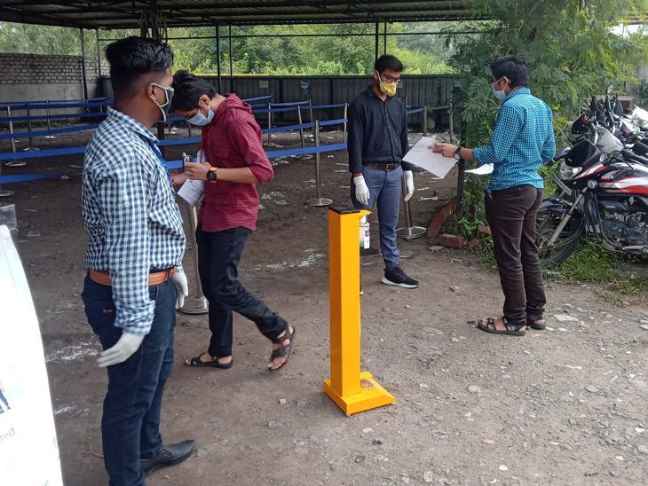 छात्रों की मदद के लिए कर्मचारी तैनात किए गए थे।
