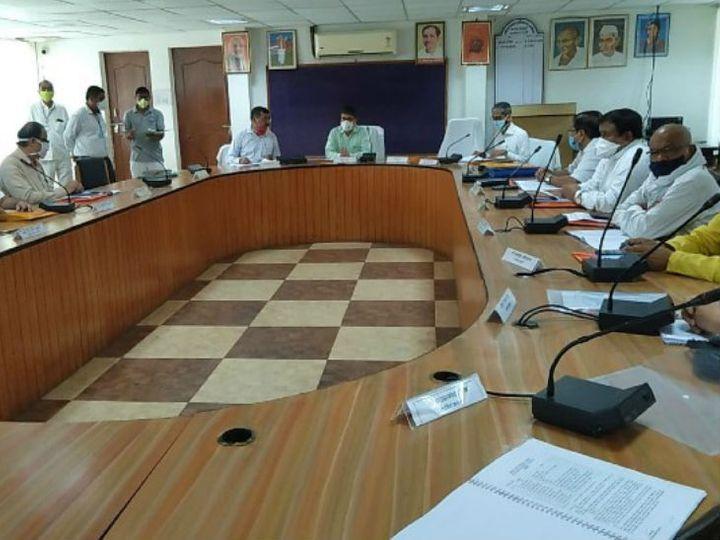अयोध्या विकास प्राधिकरण की बैठक कमिश्नर की अध्यक्षता में हुई। इसमें उपाध्यक्ष डॉ. नीरज शुक्ला, बोर्ड के सदस्य डीएम अनुज झा और अन्य मेंबर भी मौजूद रहे।