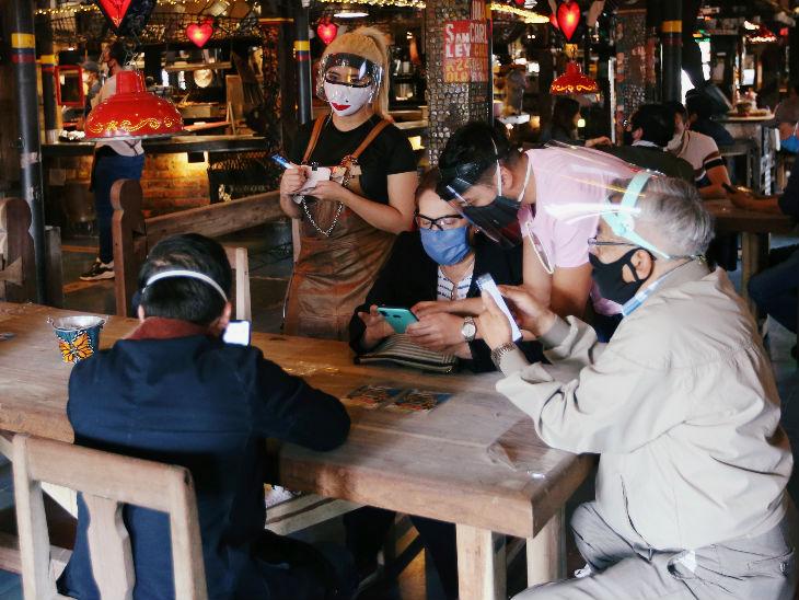 कोलंबिया के शिया में एक रेस्टोरेंट में कस्टमर और वेटर फेस शील्ड और मास्क पहने नजर आए। देश में हाल ही में लॉकडाउन में ढील दी गई है।
