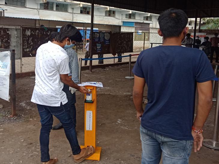 इंदौर में सैनिटाइजेशन के बाद ही छात्रों को भीतर जाने दिया गया। यहां सभी सेंटर में सैनिटाइजेशन मशीन लगी थी।