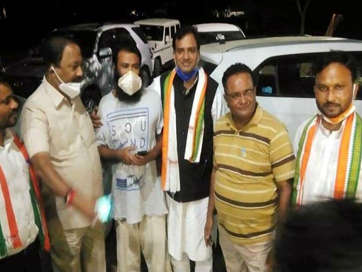 मथुरा जेल से बाहर आने के बाद अपनों के साथ डॉ. कफील खान (बीच में दाढ़ी में)।