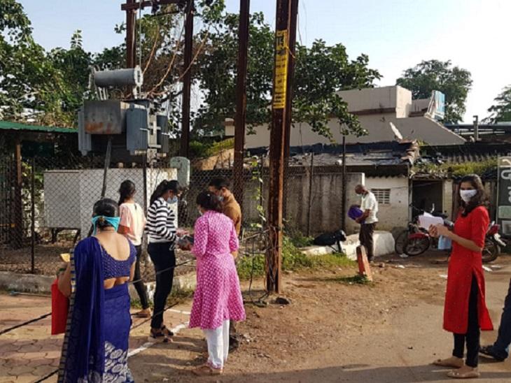 रायपुर स्थित एग्जाम सेंटर में अंदर जाने से पहले सभी डॉक्यूमेंट और जरूरी चीजों की जांच करते स्टूडेंट्स और उनके परिजन।