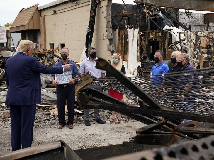 अमेरिका राष्ट्रपति डोनाल्ड ट्रम्प ने केनोसा में दंगा प्रभावित व्यापारियों से मुलाकात की।