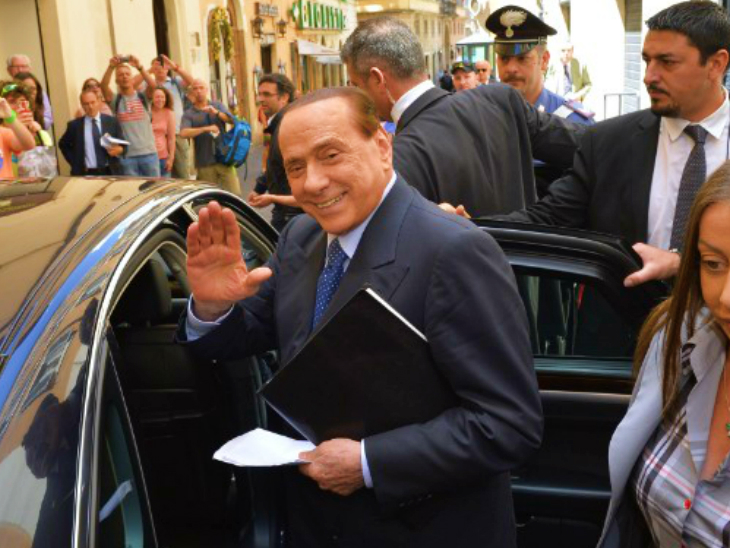 इटली के पूर्व प्रधानमंत्री सिल्वियो बर्लुस्कोनी भी संक्रमित पाए गए हैं। उन्होंने कहा- काफी थकान जरूर महसूस हो रही है, लेकिन मैं राजनीतिक गतिविधियां जारी रखूंगा। (फाइल)