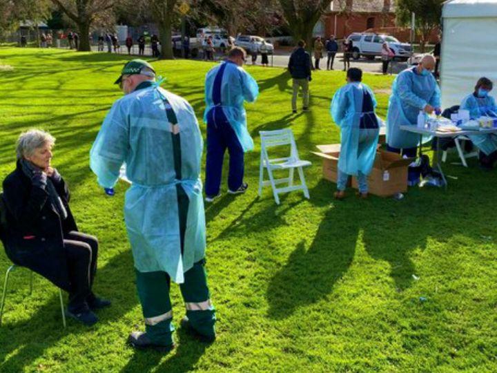 ऑस्ट्रेलिया के मेलबर्न में एक पार्क में हेल्थ कैंप लगाया गया। यहां रोज इस तरह के कैंप लगाए जा रहे हैं, ताकि लोगों को टेस्टिंग के लिए ज्यादा दूर नहीं जाना पड़े। विक्टोरिया राज्य में संक्रमण की दूसरी लहर देखी जा रही है। (फाइल)