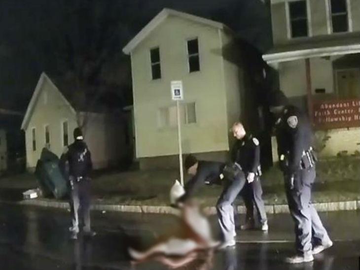 यह फोटो अश्वेत डैनियल के परिवार की ओर से जारी वीडियो से लिया गया है। इसमें कुछ पुलिसकर्मी डेनियल के चेहरे पर हुड रखते नजर आ रहे हैं। -फाइल फोटो - Dainik Bhaskar