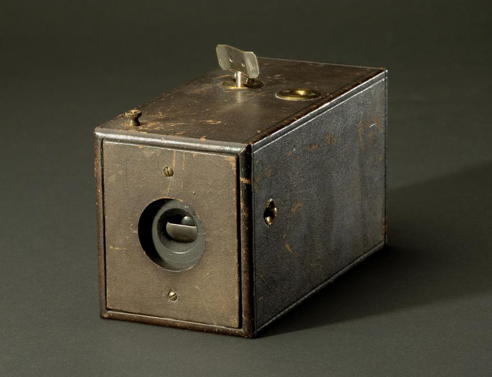 यह मूल भूमिका-फिल्म कैमरा है, जिसे अमेरिकी इतिहास के राष्ट्रीय संग्रहालय में रखा गया है।