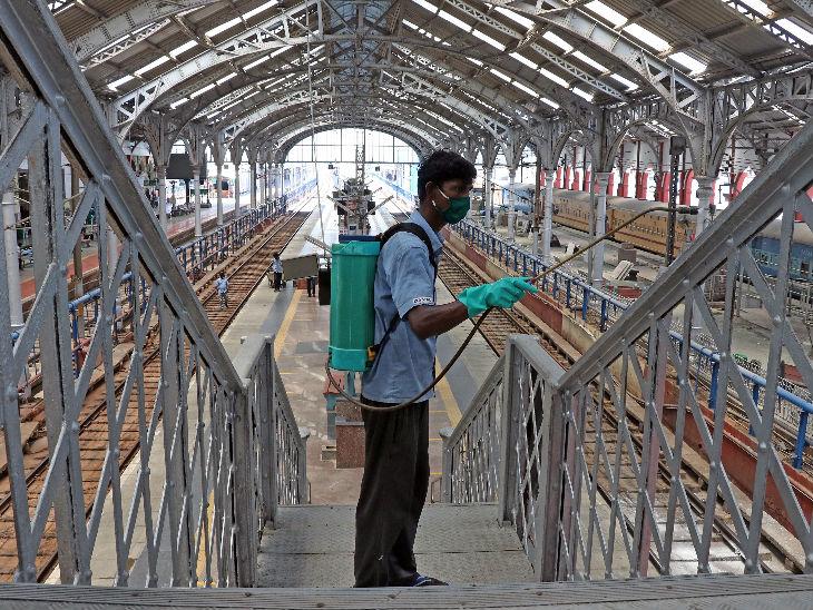 तमिलनाडु की राजधानी चेन्नई में एगमोर स्टेशन पर गुरुवार को फुटओवर ब्रिज को सैनिटाइज करता कर्मचारी। तमिलनाडु देश के उन पांच राज्यों में शामिल है, जहां सबसे ज्यादा मामले सामने आए हैं। - Dainik Bhaskar